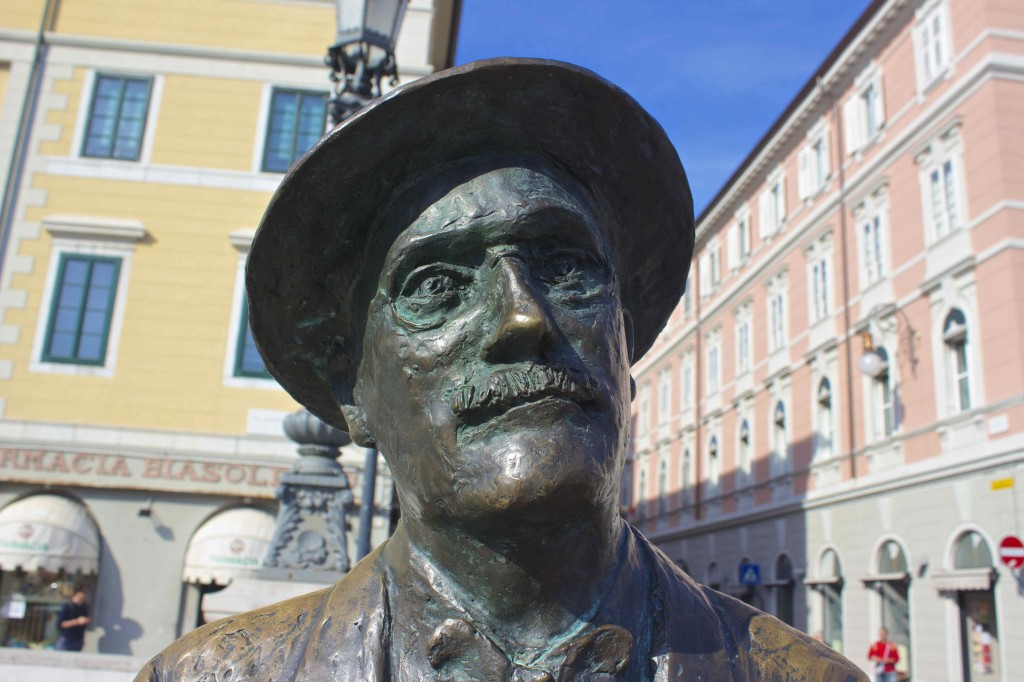 The statue of James Joyce.